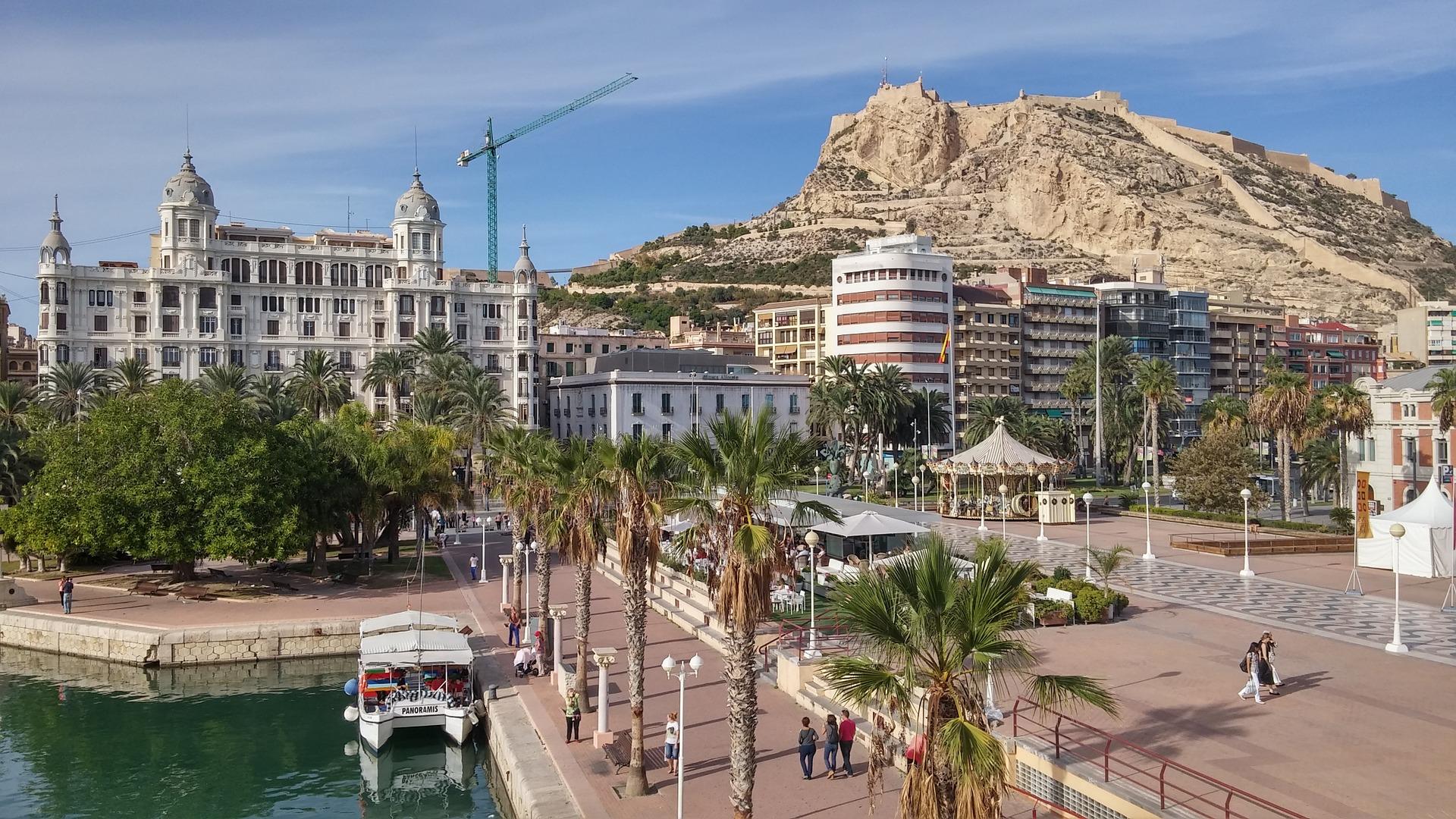 Castillo de Santa Bárbara – zabytkowa warownia, położona na wysokiej skale nad starym miastem w Alicante