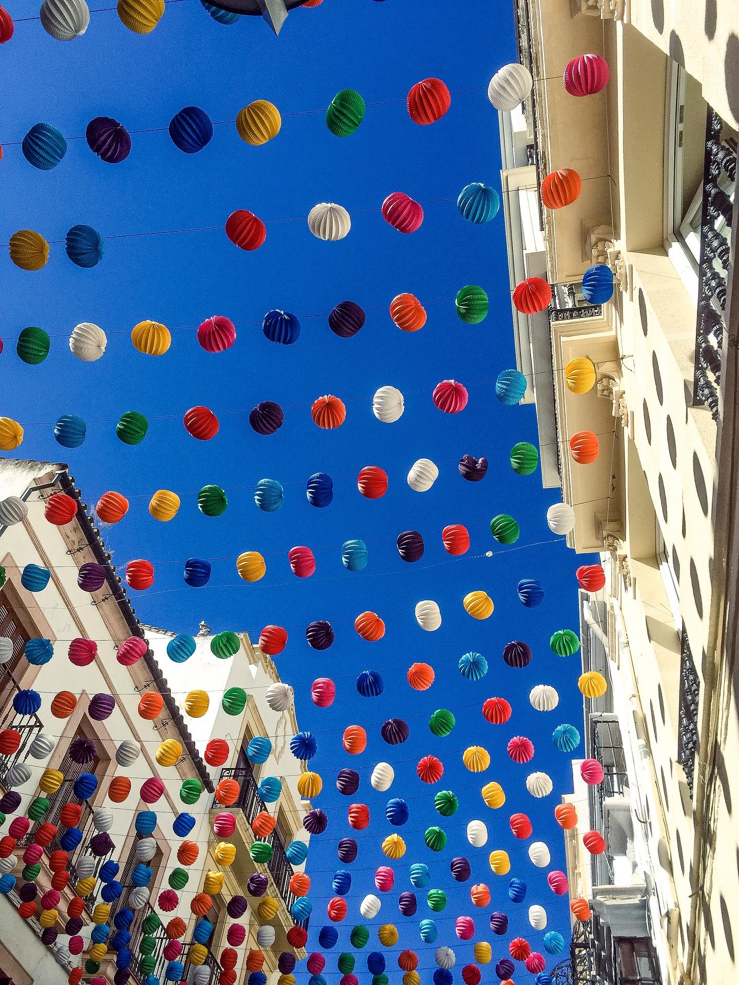 Podczas Dnia Wspólnoty Walenckiej ulicami miasta przemierza wielka, kolorowa parada