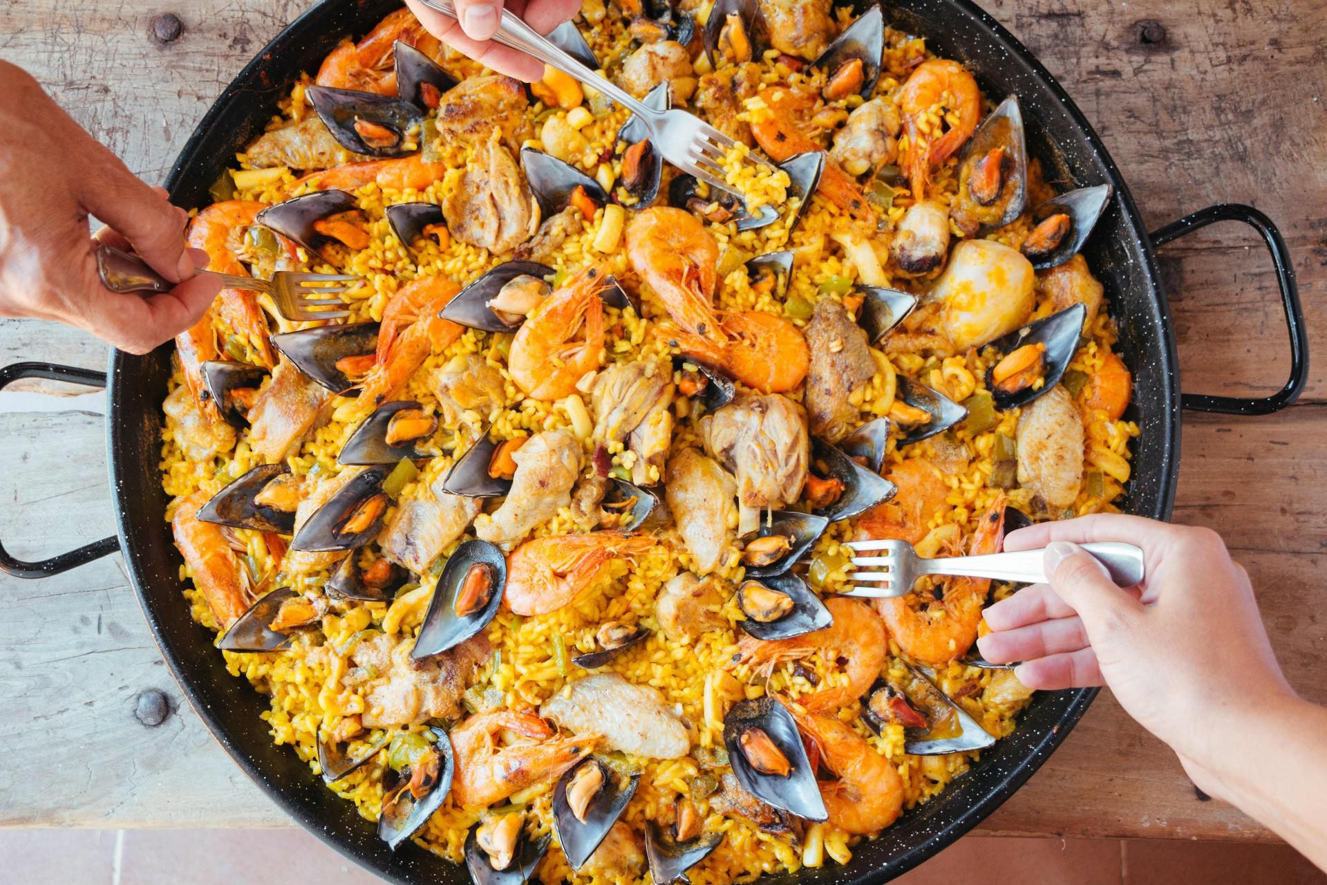 Paella powinna być spożywana bezpośrednio z naczynia, w którym ją przygotowano. Często przyrządzana jest na wolnym powietrzu.