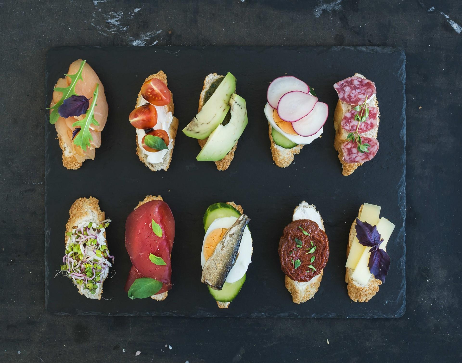 Tapas przyrządza się z rozmaitych składników: warzyw, mięs, owoców morza, jajek